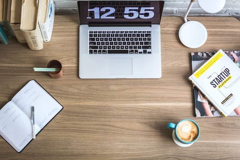 De benodigdheden om te kunnen bloggen: laptop, snelle internetverbinding en... koffie!